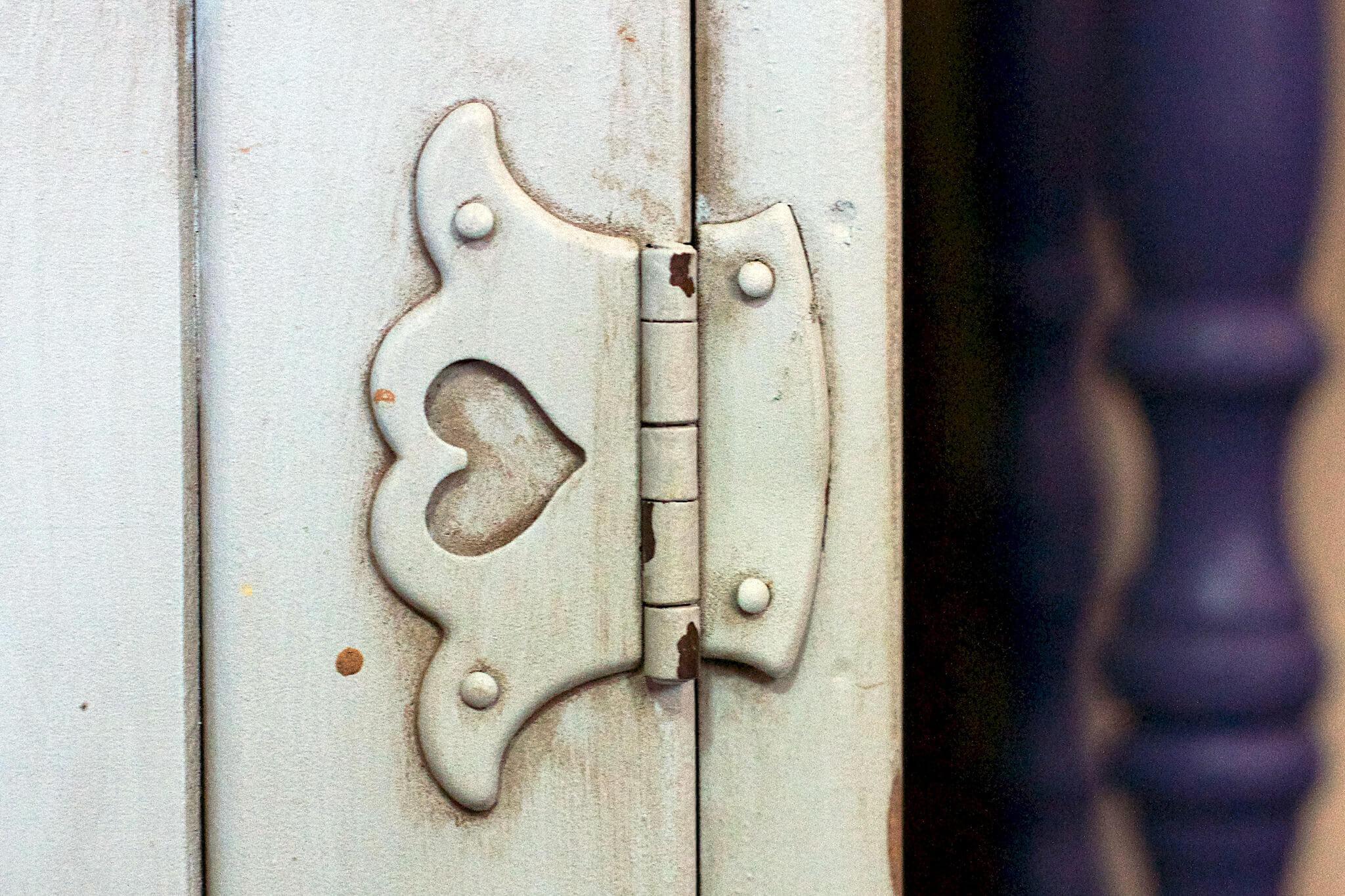 hinge with heart shape