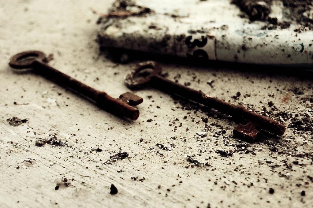 photo of rusty keys